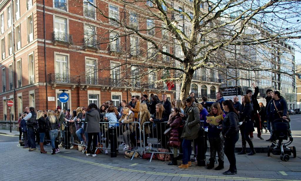Fãs à porta do seu hotel esta semana em Londres