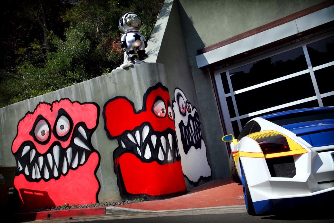 Os monstros pintados por Brown ocupam todo o muro